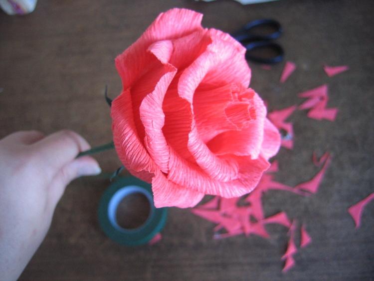Роза из гофрированной бумаги и конфет своими руками мастер класс