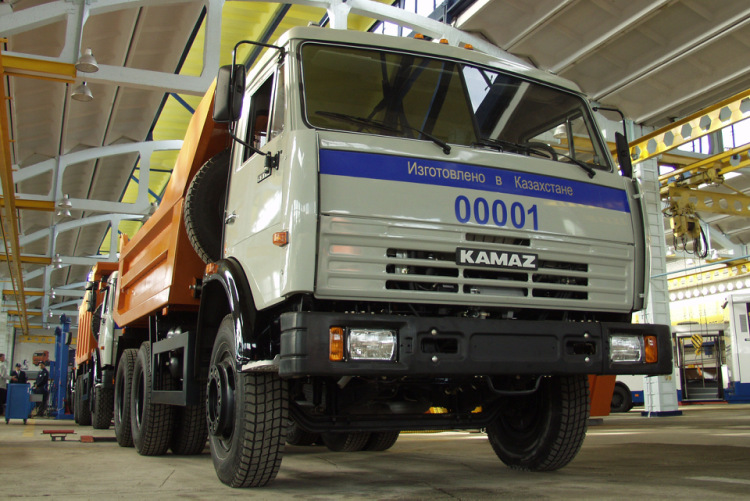 Именно в этот день с конвейера СП сошел первый опытный образец самосвала КАМАЗ-55111. . Он успешно